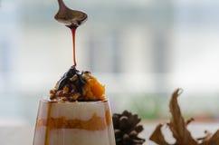 Płatowaty dyniowy deser z śmietanką i orzechem włoskim zdjęcie royalty free