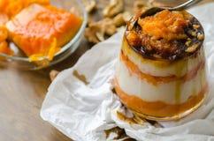 Płatowaty dyniowy deser z śmietanką i orzechem włoskim, gronowy sok zdjęcie stock
