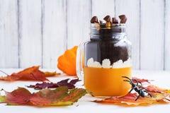 Płatowaty Halloween deser w szklanych słojach zdjęcie stock
