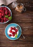 Płatowaty jogurt z malinkami zdjęcia stock