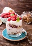 Płatowaty jogurt z malinkami zdjęcie stock