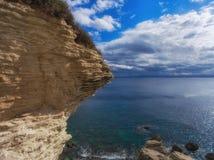 Płatowaty kawałek rockowy sterczenie nad morze obrazy royalty free