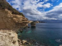 Płatowaty kawałek rockowy sterczenie nad morze zdjęcia stock