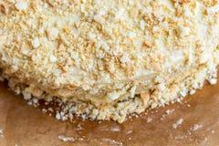 Płatowaty round Napoleon tort z custard i kropiący z kruszkami zdjęcie stock
