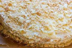 Płatowaty round Napoleon tort z custard i kropiący z kruszkami zdjęcie royalty free