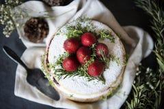 Płatowaty tort z świeżą śmietanką i truskawkami fotografia royalty free