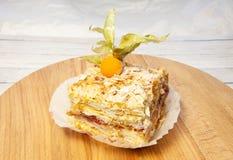 Płatowaty tort z kremowym Napoleon waniliowym plasterkiem na drewnianym tle fotografia stock