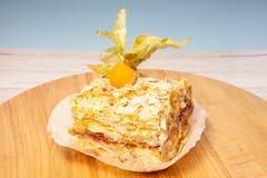 Płatowaty tort z kremowym Napoleon waniliowym plasterkiem na drewnianym tle zdjęcie stock