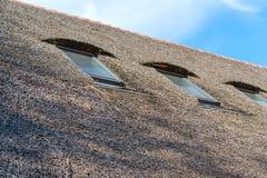 Płocha dach dom w antycznej wiosce Tradycyjny pokrywający strzechą dach od płochy, słoneczny dzień Dach robić naturalne płochy obraz stock