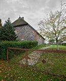 Płochy fieldstone dachowy dom spisujący jako zabytek w Moeckow, Niemcy obrazy royalty free