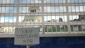 Płodozmienny szyldowy outside Nowy Scotland Yard, Londyn zbiory wideo