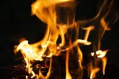 Płomień ogień na ciemnej nocy zdjęcie stock