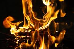 Płomień ogień na ciemnej nocy obrazy stock