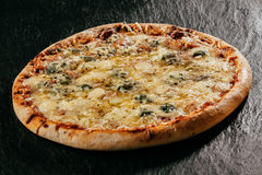 Płomień piec na grillu włoszczyzny Cztery Serowa pizza Zdjęcie Royalty Free