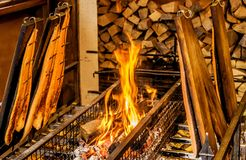 Płomienia łosoś przy Bożenarodzeniowym rynkiem w Niemcy fotografia stock