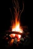 Płomienie i iskry drewniany ogień Zdjęcia Royalty Free