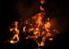 Płomienie ognisko przy nocą Zdjęcia Stock