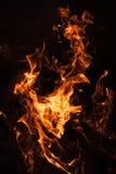 Płomienie ognisko przy nocą Obrazy Stock