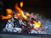 Płomienni gorący węgle Zdjęcia Royalty Free