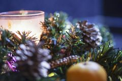 Płonąca świeczka i cytrus w zielonej drzewnej dekoraci na stole Zdjęcia Royalty Free