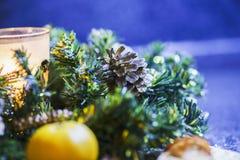 Płonąca świeczka i cytrus w zielonej drzewnej dekoraci na stole Zdjęcia Stock