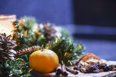 Płonąca świeczka i cytrus w zielonej drzewnej dekoraci na stole Zdjęcie Stock