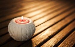 Płonąca świeczka na ciemnym tle Zdjęcia Royalty Free