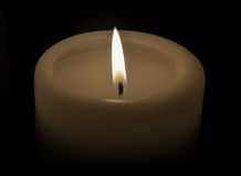 Płonąca świeczka na czarnym tle Fotografia Stock