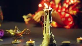 Płonąca świeczka na stole za którym gypsy cudy na kartach zdjęcie wideo