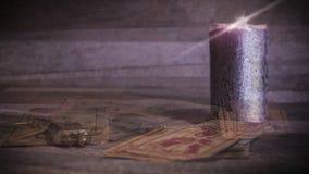 Płonąca świeczka, starzy klucze i karty, zdjęcie wideo