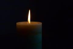 Płonąca świeczka w ciemności Zdjęcia Royalty Free
