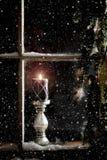 Płonąca świeczka w okno Obraz Stock