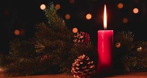Płonąca świeczka z sosna rożkami i jedlinowym drzewem zbiory