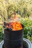 Płonąca baryłka po środku ogródu zdjęcia royalty free
