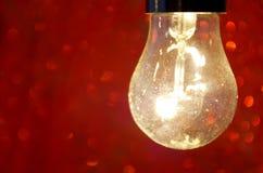Płonąca lampa na czerwonym tle Zdjęcie Stock