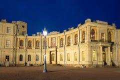 Płonąca latarnia uliczna w tle galeria Wielki Gatchina pałac gatchina Russia Zdjęcie Royalty Free