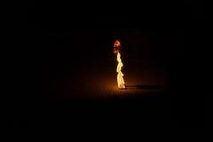 Płonąca pochodnia w nocy przy czarnym tłem zdjęcia stock