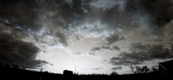 Płonąca zmierzchu nieba panorama zdjęcia royalty free