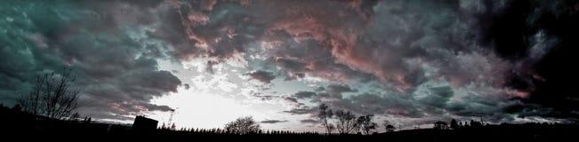 Płonąca zmierzchu nieba panorama zdjęcia stock