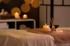 Płonące świeczki i aromatyczny trzcinowy freshener na stole w zdroju salonie obraz royalty free