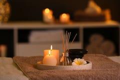 Płonące świeczki i aromatyczny trzcinowy freshener w zdroju salonie zdjęcie royalty free