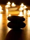 Płonące świeczki i otoczaki Zdjęcie Royalty Free