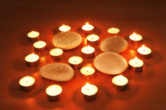 Płonące świeczki i otoczaki Obraz Royalty Free
