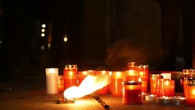 Płonące świeczki jako zabytek śmierć mężczyzna, płomienie ognista pożarnicza czerwień, miejsce w kwadracie, magiczny zbiory