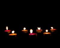 Płonące świeczki na ciemnym tle z ciepłym światłem, copyspace Fotografia Stock