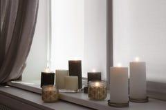 Płonące świeczki na nadokiennym parapecie zdjęcie stock
