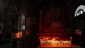 Płonące świeczki na tle ikony zdjęcie wideo