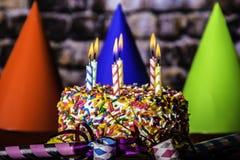 Płonące świeczki na Urodzinowym torcie Fotografia Royalty Free