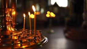 Płonące świeczki w candlestick na tle zamazany ciemny pokój zbiory
