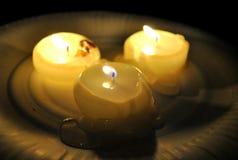 Płonące świeczki w ciemnym pokoju zdjęcia stock